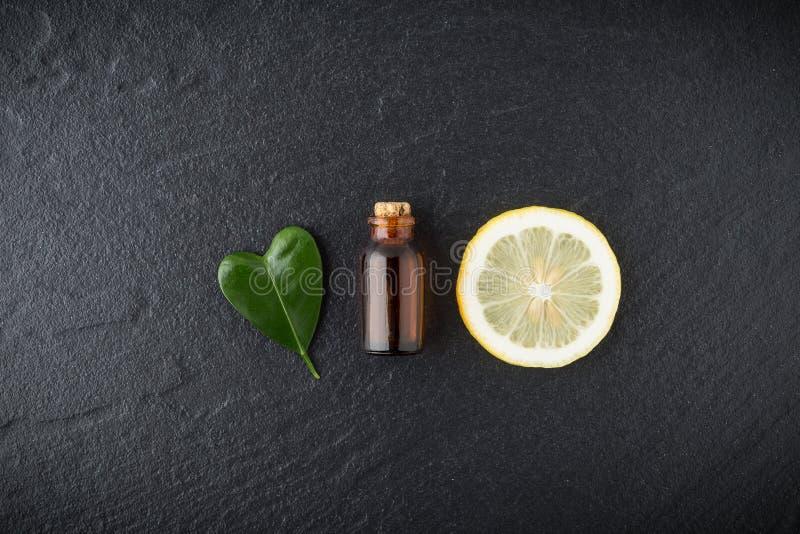 Domowej roboty istotnego oleju pojęcie Butelka istotny olej z plasterkiem obraz stock