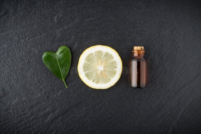 Domowej roboty istotnego oleju pojęcie Butelka istotny olej z plasterkiem zdjęcie stock