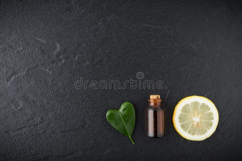 Domowej roboty istotnego oleju pojęcie Butelka istotny olej z plasterkiem obrazy stock