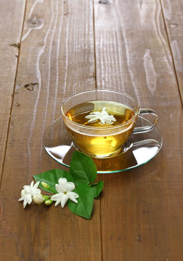 Domowej roboty jaśminowej herbaty i arabskiego jaśminu kwiat zdjęcie stock