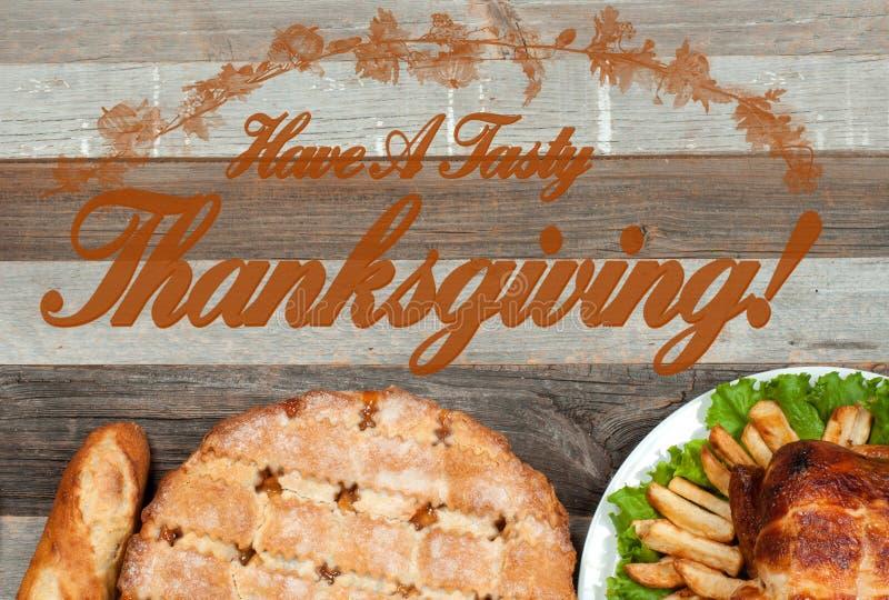 Domowej roboty jabłczany kulebiak i piec cały indyk na drewnianym stole Dziękczynienia świętowania położenia jedzenia Tradycyjny  fotografia royalty free