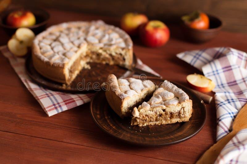 Domowej roboty jabłczany kulebiak na drewnianym stole fotografia royalty free