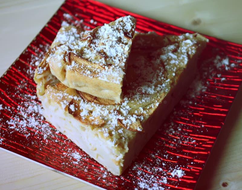 Domowej roboty jabłczany kulebiak z cynamonem i sproszkowanym cukierem i zdjęcie royalty free