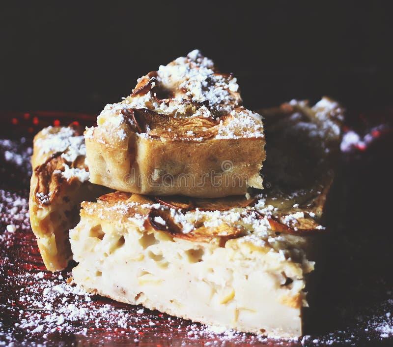 Domowej roboty jabłczany kulebiak z cynamonem i sproszkowanym cukierem i zdjęcia royalty free
