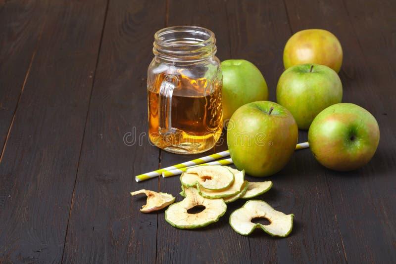 Domowej roboty jabłko układy scaleni na stole 3 zamykają wysuszonego - owocowi typ owocowy przekąska zdrowa zdjęcia royalty free