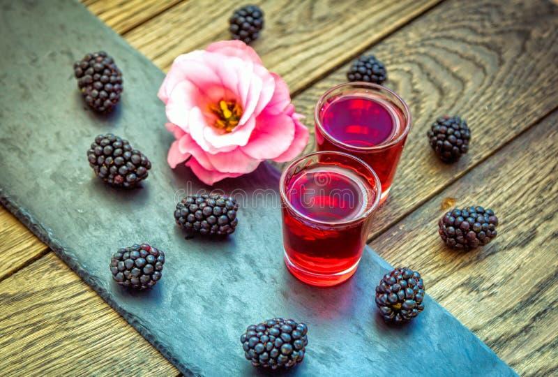 Domowej roboty jagodowy ajerkoniak z świeżymi dojrzałymi czernicami obrazy royalty free