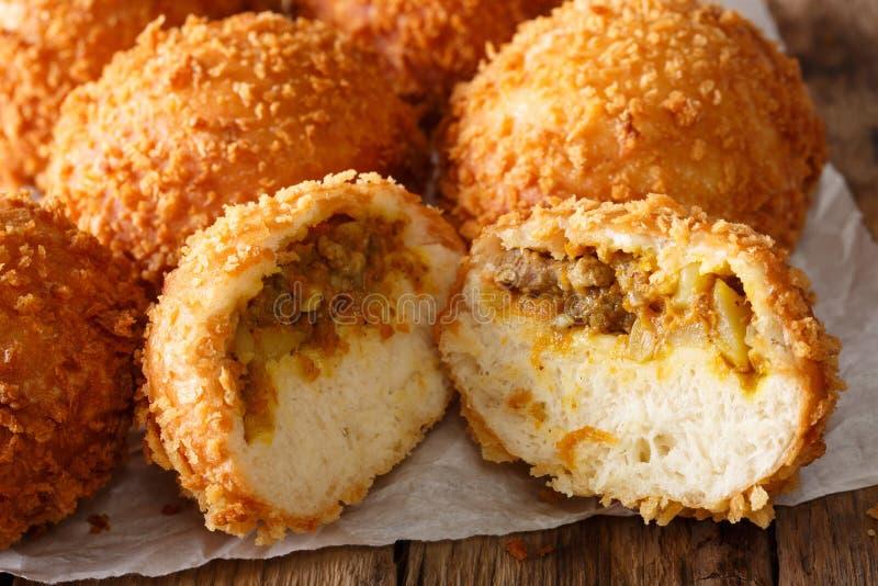 Domowej roboty Japoński chleb faszerował z curry'ego kare niecką makro- na papce obrazy stock