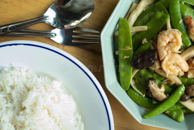 Domowej roboty jedzenie podpalał grochy z pieczarką i garnelą fotografia stock