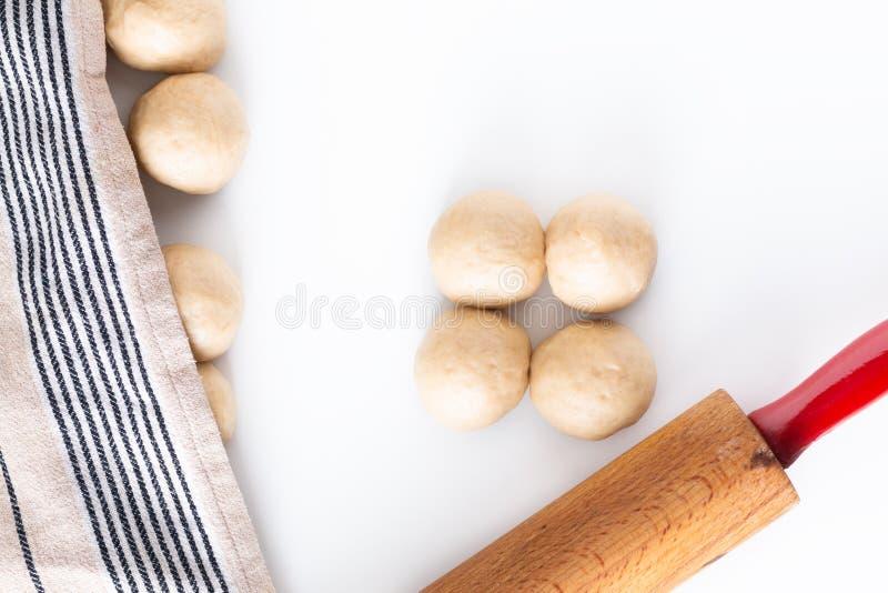 Domowej roboty karmowy pojęcie proces splata chlebowego warkocza challah ciasto na białym tle z kopii przestrzenią zdjęcie royalty free