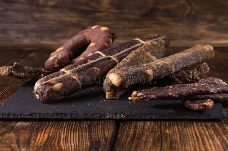Domowej roboty kiełbasa z pikantność i podprawami Wysuszony mięso z pikantność i podprawami fotografia stock