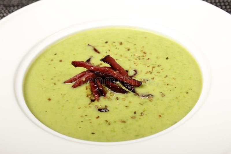 Domowej roboty korzennych brokułów kremowa polewka z croutons w białym pucharze zdjęcia stock