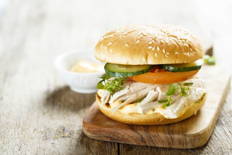 Domowej roboty kurczaka hamburger z świeżymi warzywami obrazy royalty free