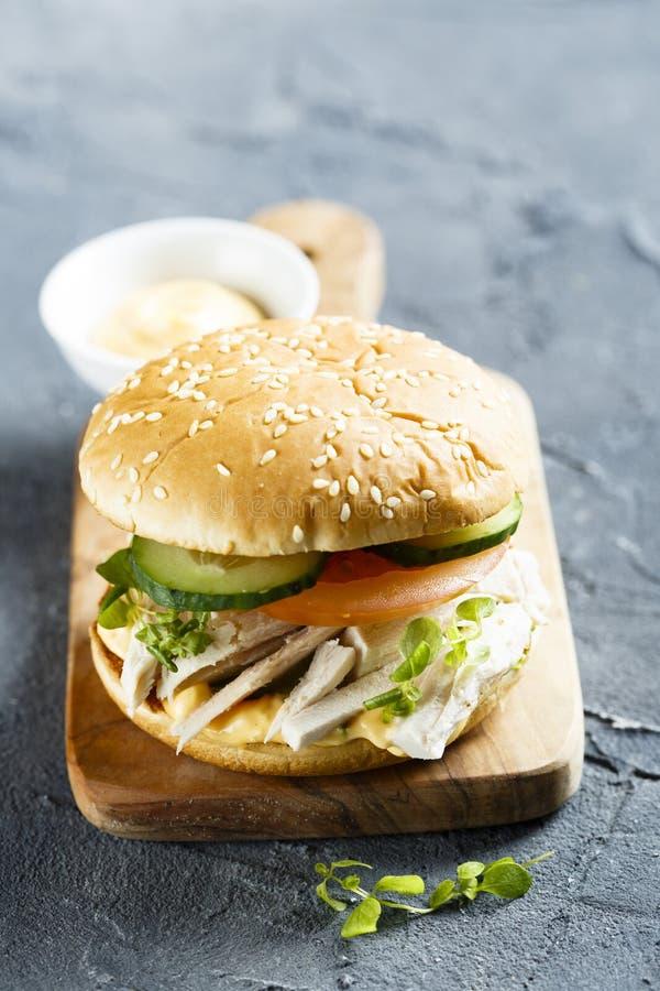 Domowej roboty kurczaka hamburger z świeżymi warzywami obraz royalty free