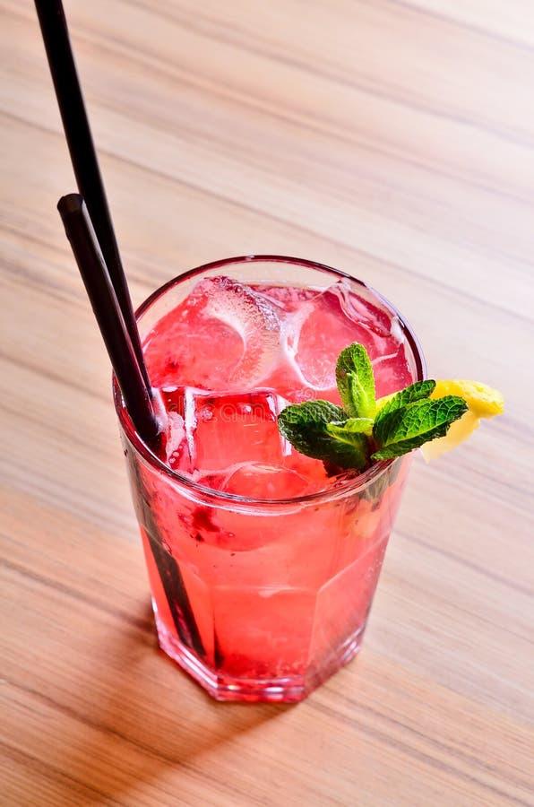 Domowej roboty lata Jagodowy napój Lemoniada z malinkami i truskawką z cytryną, mennica w szkle na stołowym tle zdjęcia stock