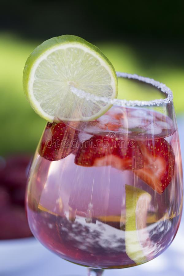 Domowej roboty lata Jagodowy napój Lemoniada z truskawką z wapnem obraz royalty free