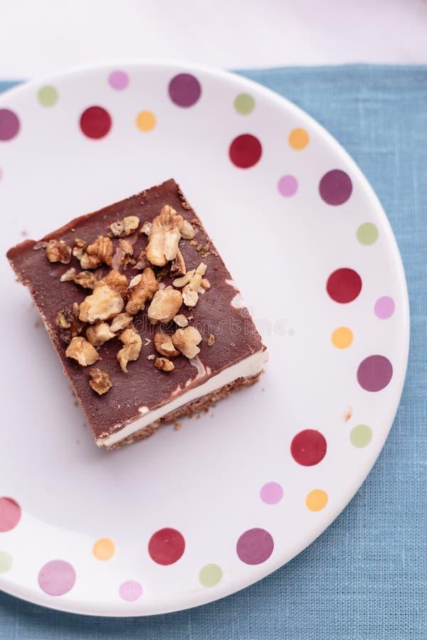 Domowej roboty lody tort z czekoladą i ciastkami fotografia royalty free
