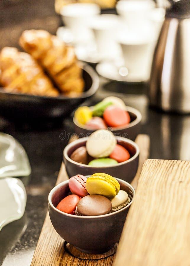Domowej roboty macaroons przy śniadaniowym bufeta stołem zdjęcia royalty free