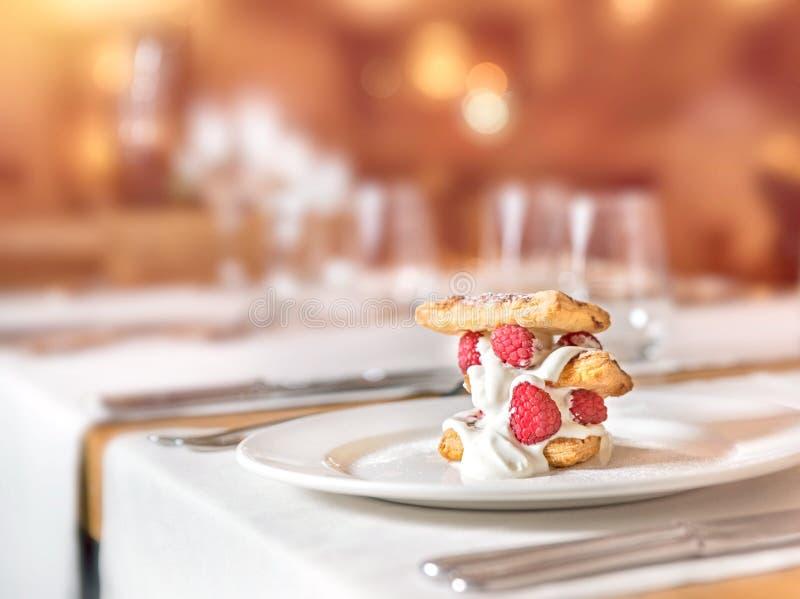 Domowej roboty malinka tort z śmietanką i jagodami zdjęcia royalty free