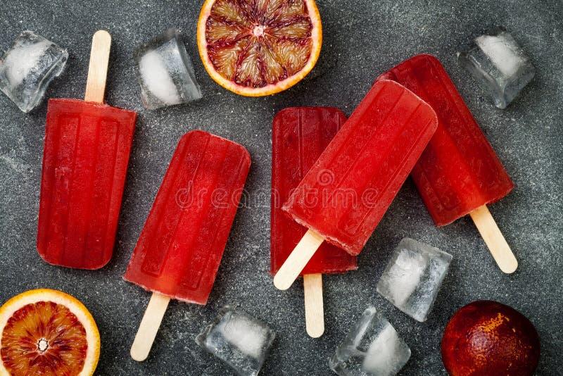 Domowej roboty marznący krwionośnej pomarańcze naturalnego soku alkoholiczni popsicles lód strzelają - paletas - Koszt stały, mie obraz royalty free