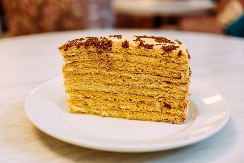 Domowej roboty miód ablegrujący torta cięcia zakończenie zdjęcie royalty free
