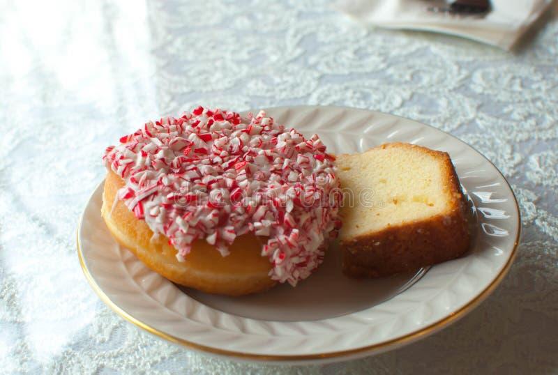 Domowej roboty Miętowy pączek i funta tort zdjęcia stock