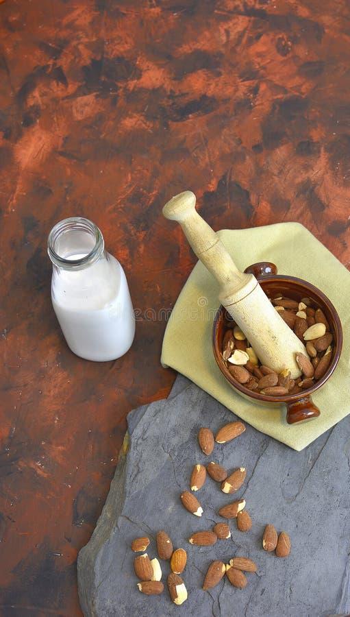 Domowej roboty migdału mleko w butelce z migdałami w pucharze Nabiał alternatywy mleko fotografia stock