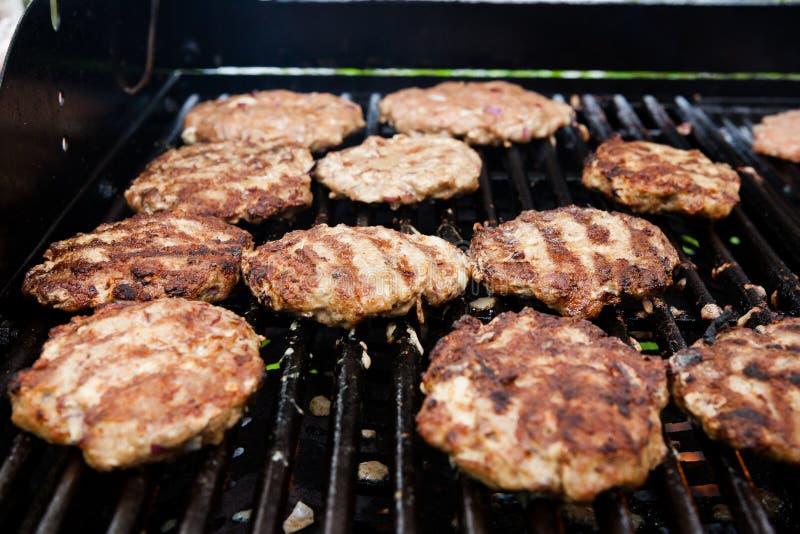 Domowej roboty minced mięsa stki na grillu zdjęcie stock