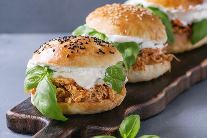Domowej roboty mini hamburgery z ciągnącym kurczakiem obraz stock
