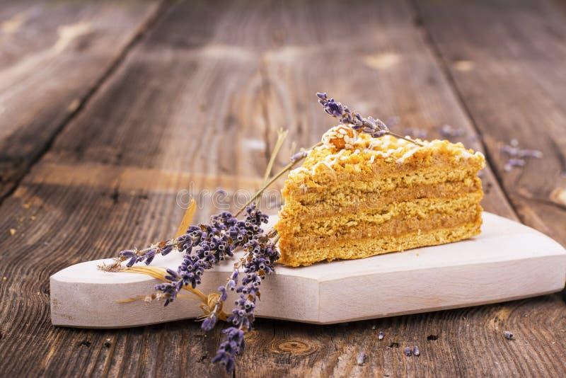 Domowej roboty miodowy tort na drewnianym stole Wieśniaka styl obrazy royalty free
