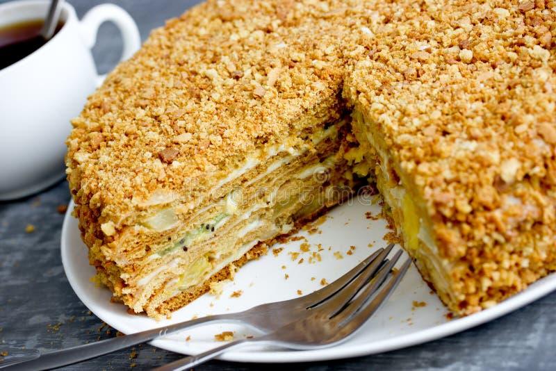Domowej roboty miodowy tort z custard obrazy stock