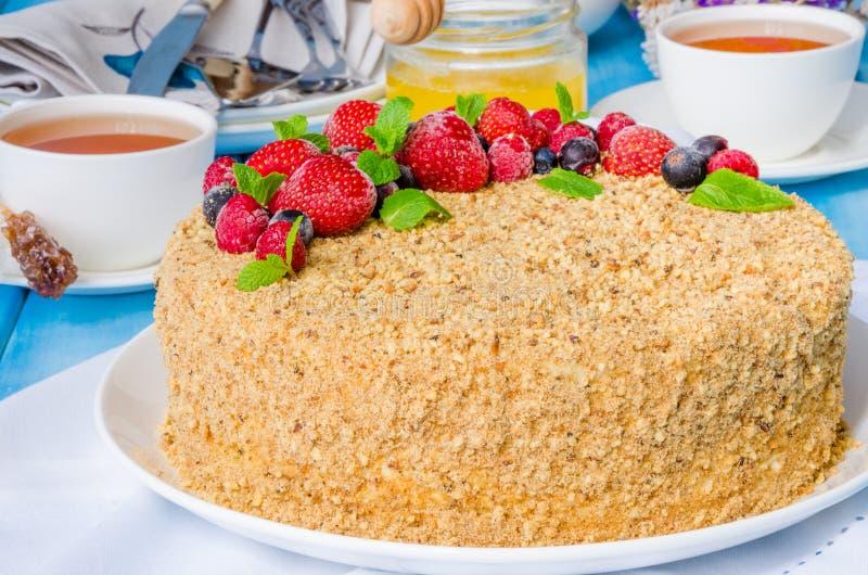Domowej roboty miodowy tort z kwaśną śmietanką i jagodami na wierzchołku fotografia royalty free