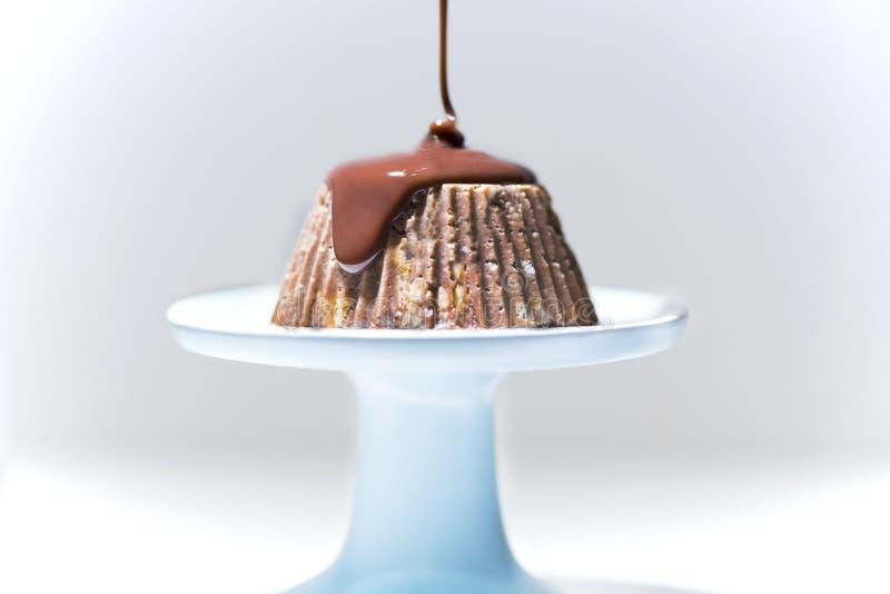 Domowej roboty mozaika tort z rozciekłą czekoladą na tortowym stojaku, odosobnionym obrazy royalty free