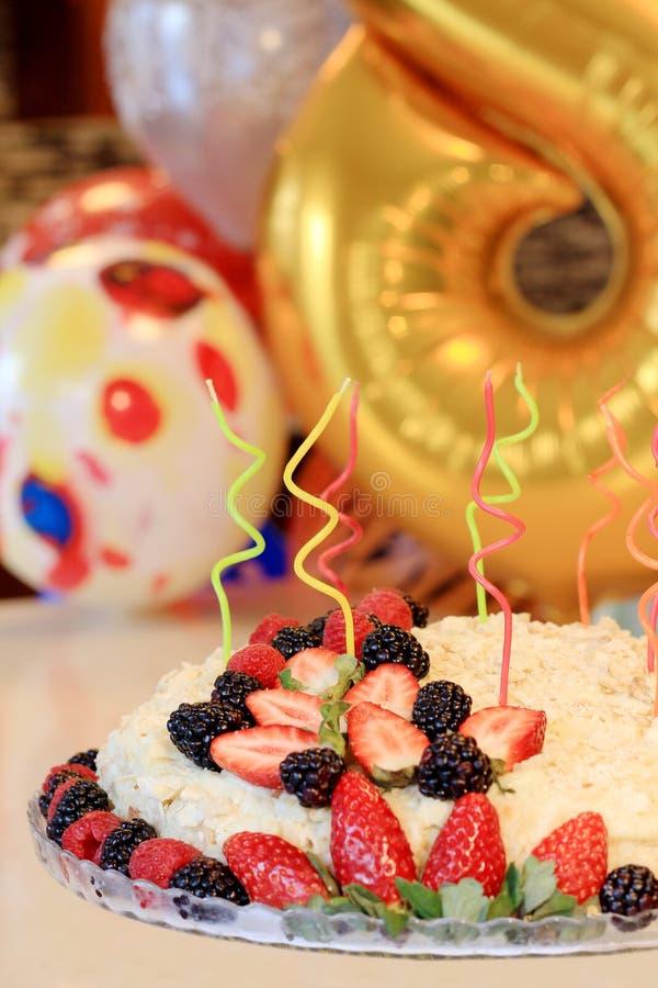 Domowej roboty napoleonu tort dekorujący z jagodami obrazy stock