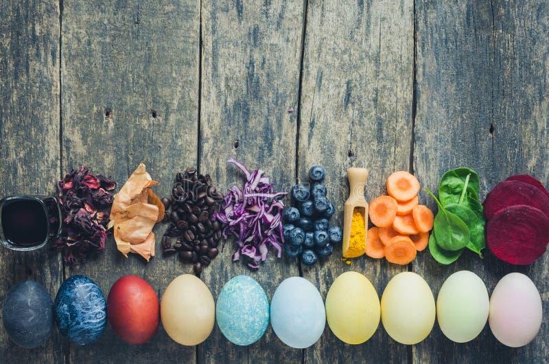 Domowej roboty naturalnie farbujący Wielkanocni jajka obraz stock