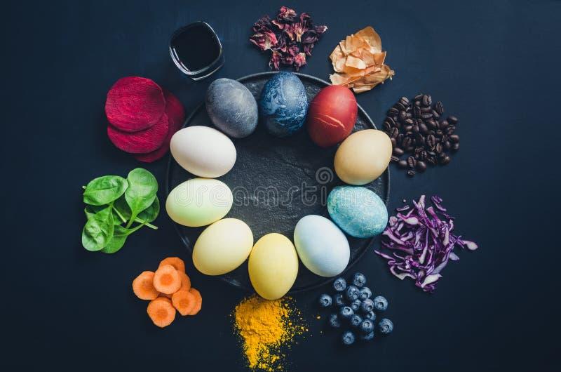 Domowej roboty naturalnie farbuj?cy Wielkanocni jajka fotografia royalty free
