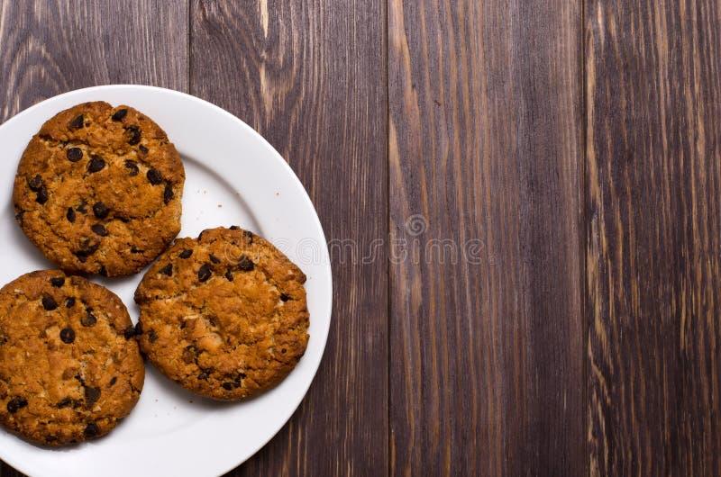 Domowej roboty oatmeal ciastka na białym talerzu Drewniany t?o Sp obrazy stock