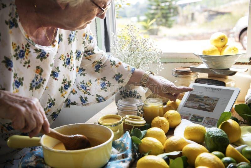 Domowej roboty organicznie pomarańczowy dżem na drewnianym stole obrazy royalty free