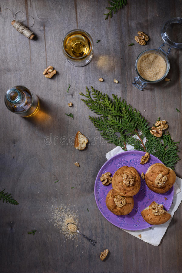 Domowej roboty orzechów włoskich ciastka na ciemnym starym drewnianym stole, biały wino Świeżo piec kokosowi ciastka na nieociosa obraz stock