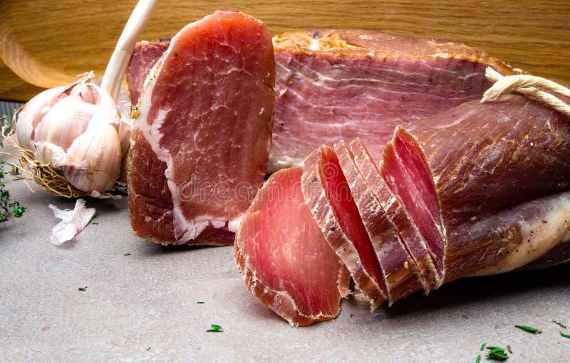 Domowej roboty oszklony uwędzony baleron, soleni mięso, jerky z świeżymi naturalnymi ziele i aromatycznymi pikantność, kopii prze zdjęcie stock