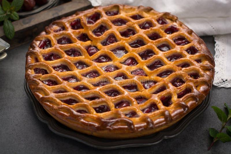 Domowej roboty otwarty kwaśnej wiśni kulebiak, wyśmienicie słodki deser zdjęcia stock