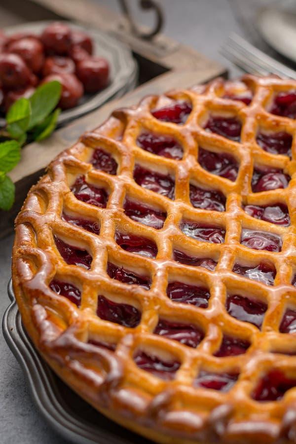 Domowej roboty otwarty kwaśnej wiśni kulebiak, wyśmienicie słodki deser obrazy stock
