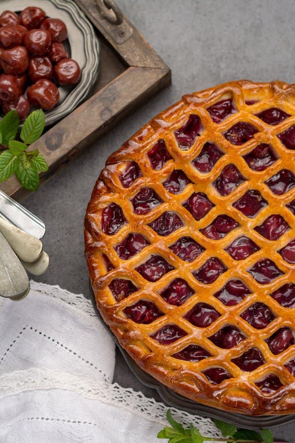 Domowej roboty otwarty kwaśnej wiśni kulebiak, wyśmienicie słodki deser obraz stock