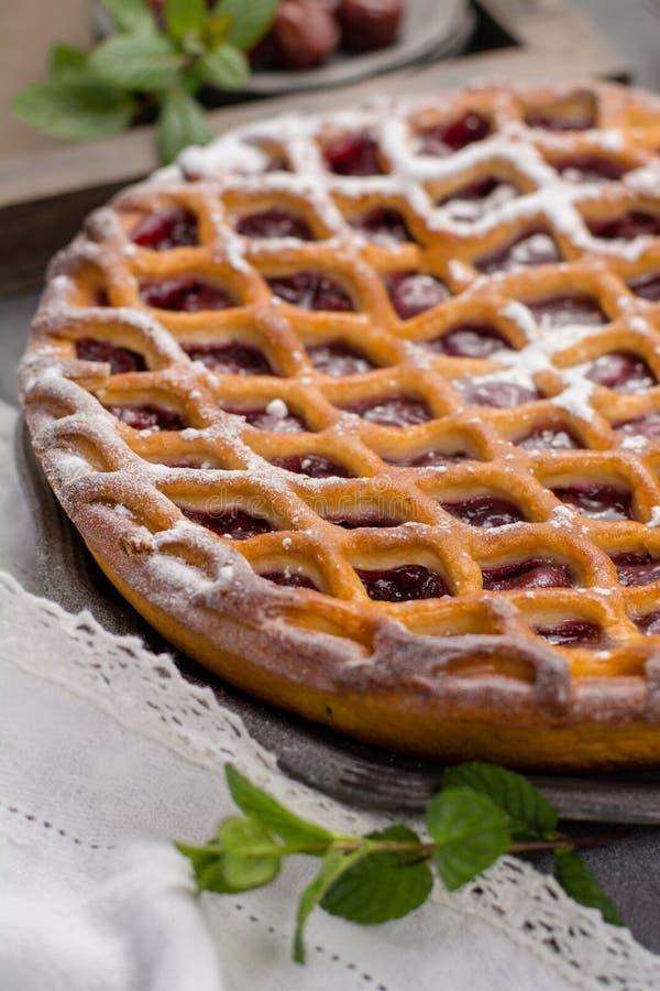 Domowej roboty otwarty kwaśnej wiśni kulebiak, wyśmienicie słodki deser obrazy royalty free