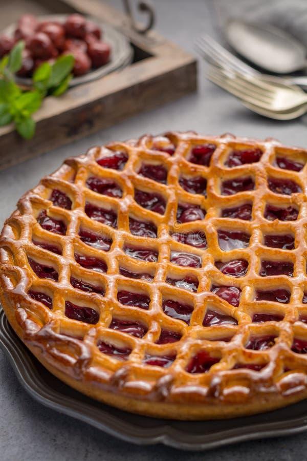 Domowej roboty otwarty kwaśnej wiśni kulebiak, wyśmienicie słodki deser obraz royalty free