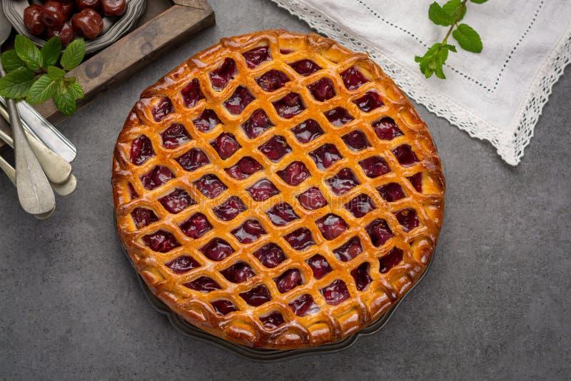 Domowej roboty otwarty kwaśnej wiśni kulebiak, wyśmienicie słodki deser fotografia royalty free