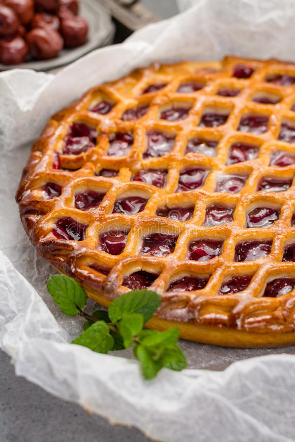 Domowej roboty otwarty kwaśnej wiśni kulebiak, wyśmienicie słodki deser zdjęcie stock
