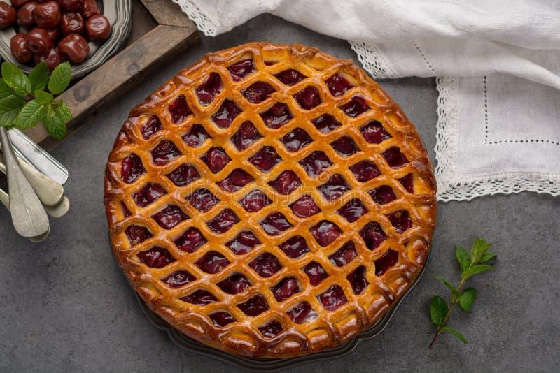 Domowej roboty otwarty kwaśnej wiśni kulebiak, wyśmienicie słodki deser fotografia stock