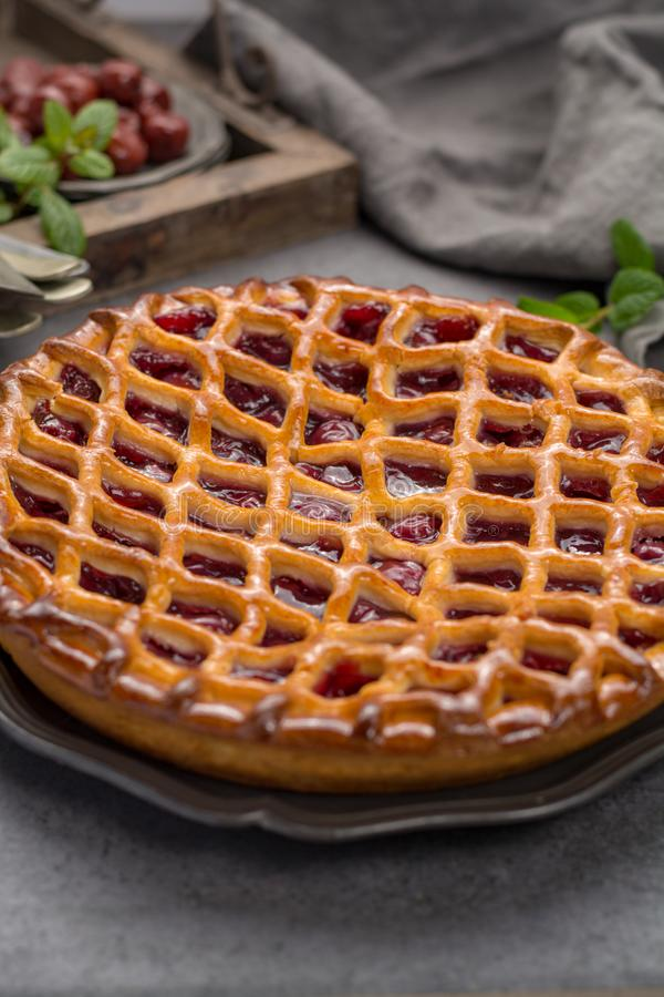 Domowej roboty otwarty kwaśnej wiśni kulebiak, wyśmienicie słodki deser zdjęcia royalty free