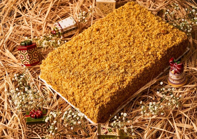 Domowej roboty płatowaty miodowy tort z kwaśną śmietanką obraz royalty free