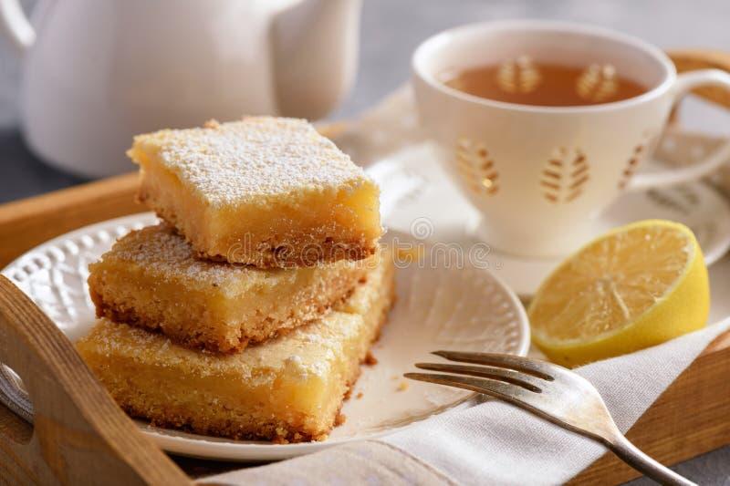 Domowej roboty piec cytryna bary i filiżanka herbata obrazy royalty free